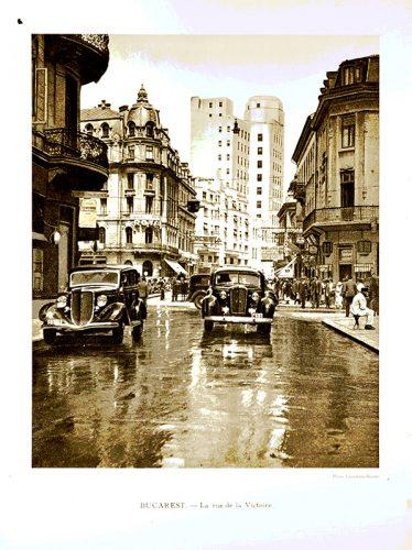 La rue de la Victoire à Bucarest Reproduction d'une photographie extraite du livre La Roumanie / Marcel Monmarché, Emilie Cussac Paris: Hachette, 1937
