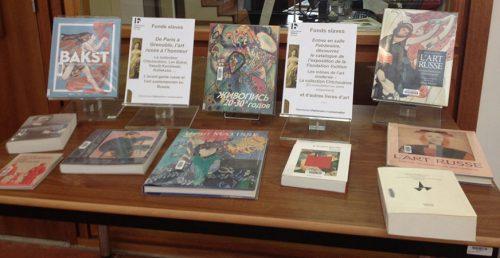 Table de livres devant la salle Patrimoine – Photographie AM