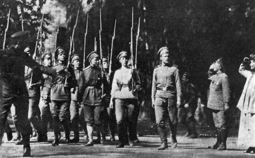 Maria Botchkareva et Emmeline Pankhurst observent le salut pour le 1er bataillon féminin de la mort. Reproduction photographique tirée du film de Donald C. Thompson The German Curse in Russia (Pathé, 1918)